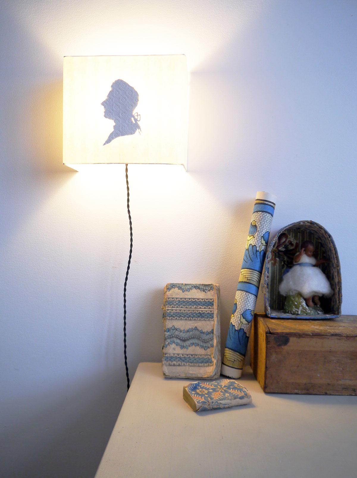 opt1-lampe-silhouette-allumée-nature-morte©antoinettepoisson